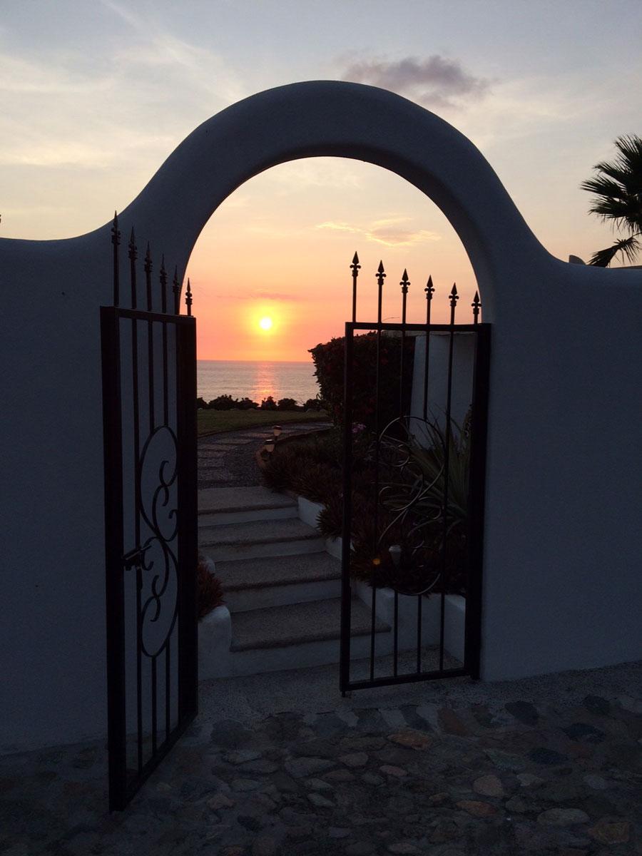 Looking through the gate into the Casa Jubiloso garden. *sigh*